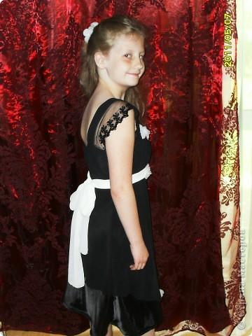 вот такое вот платье ,я перешила  со своего старого вечернего, для дочери праздничное.Немного добавила цветочков беленьких и сшила поясок тоже белый .   фото 3
