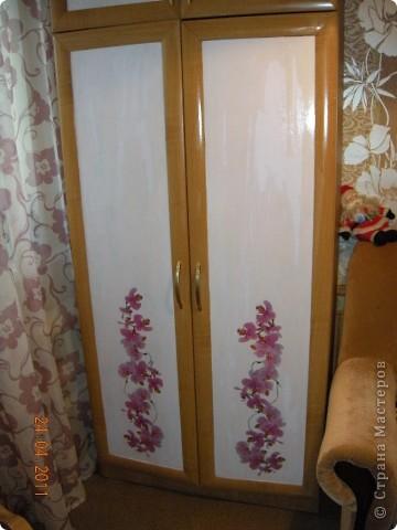 Сделала в комнате ремонт и  шкафы совершенно не стали сочетаться с цветом обоев. Да по-честному синий цвет дверей, порядком поднадоел.Походила по магазинам . поискала и мой выбор пал на салфетки с орхидейками. фото 3