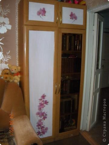 Сделала в комнате ремонт и  шкафы совершенно не стали сочетаться с цветом обоев. Да по-честному синий цвет дверей, порядком поднадоел.Походила по магазинам . поискала и мой выбор пал на салфетки с орхидейками. фото 2