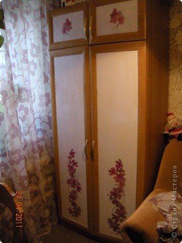 Сделала в комнате ремонт и  шкафы совершенно не стали сочетаться с цветом обоев. Да по-честному синий цвет дверей, порядком поднадоел.Походила по магазинам . поискала и мой выбор пал на салфетки с орхидейками. фото 1