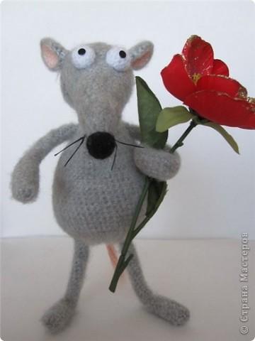 """В рамках игры """"Пришли мне игрушку"""" (на Сатилине) связались вот такие красавцы. Подобного котика я уже вязала, а вот крысик это мое новое творение! В лапках у крыса проволока. фото 1"""