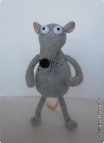 """В рамках игры """"Пришли мне игрушку"""" (на Сатилине) связались вот такие красавцы. Подобного котика я уже вязала, а вот крысик это мое новое творение! В лапках у крыса проволока. фото 2"""