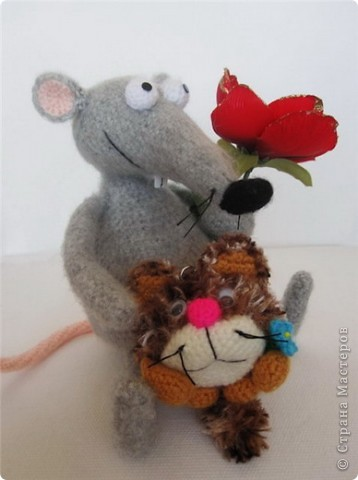 """В рамках игры """"Пришли мне игрушку"""" (на Сатилине) связались вот такие красавцы. Подобного котика я уже вязала, а вот крысик это мое новое творение! В лапках у крыса проволока. фото 5"""