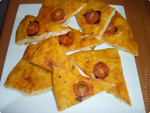 Фокачча - дрожжевой хлеб без каких-либо начинок на поверхности (топингов) или с начинками, который пекут в Италии. Самая простая начинка - оливковое масло или соль, но могут быть и более сложные варианты - пряные травы, сыры, томаты, оливки, лук, фрукты и т.д. Фокачча бывает круглой или прямоугольной, тонкой или толстой, все зависит от предпочтений пекаря. Некоторые авторы считают, что фокачча - предшественница пиццы. По способу приготовления она почти идентична пицце, но только без специфической начинки. В нынешней Италии фокачча считается старейшей универсальной формой пиццы, которая была обычной пищей для крестьян и воинов древности.  фото 2