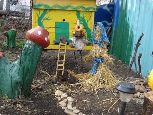 Мы с мамой очень любим работать в саду и огороде. А чтобы было весело и интересно придумываем разные штучки и создаем сказку! это наш сказочный домик для домовенка, сделанный из настоящего улья! фото 1