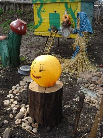 Мы с мамой очень любим работать в саду и огороде. А чтобы было весело и интересно придумываем разные штучки и создаем сказку! это наш сказочный домик для домовенка, сделанный из настоящего улья! фото 2