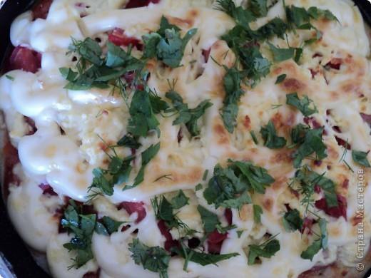 Сегодня нам захотелось пиццы!   Понадобилось: Тесто дрожжевое кетчуп (или томат) лук, морковка, подсолнечное масло (прожаренные вместе) сосиски (либо что угодно мясное, рыбное, а можно и грибы. Что душа Ваша пожелает!) помидор (нарезанный кубиками) сыр (можно даже плавленый сырок натертый на крупной терке) майонез зелень фото 8