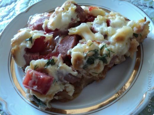 Сегодня нам захотелось пиццы!   Понадобилось: Тесто дрожжевое кетчуп (или томат) лук, морковка, подсолнечное масло (прожаренные вместе) сосиски (либо что угодно мясное, рыбное, а можно и грибы. Что душа Ваша пожелает!) помидор (нарезанный кубиками) сыр (можно даже плавленый сырок натертый на крупной терке) майонез зелень фото 1