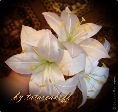Атласные лилии диаметром около 12 см(если не сильно раскрыты), потом дополню листиками из органзы и розовыми бутонами роз фото 1