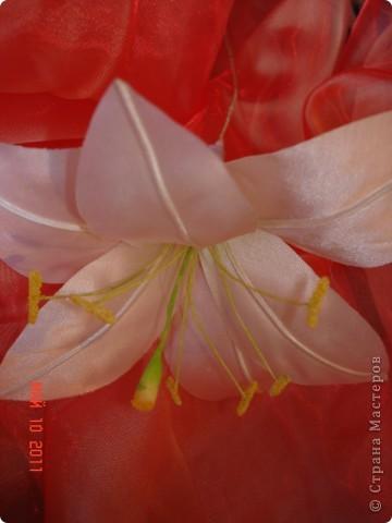 Атласные лилии диаметром около 12 см(если не сильно раскрыты), потом дополню листиками из органзы и розовыми бутонами роз фото 2