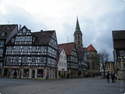 Из  Википедии: Шорндорф (нем. Schorndorf) — город в Германии, районный центр, расположен в земле Баден-Вюртемберг. Подчинён административному округу Штутгарт. Входит в состав района Ремс-Мур. Население составляет 39 196 человек (на 31 декабря 2006 года). Занимает площадь 56,86 км². Город подразделяется на 7 городских районов. фото 1
