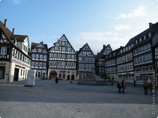 Из  Википедии: Шорндорф (нем. Schorndorf) — город в Германии, районный центр, расположен в земле Баден-Вюртемберг. Подчинён административному округу Штутгарт. Входит в состав района Ремс-Мур. Население составляет 39 196 человек (на 31 декабря 2006 года). Занимает площадь 56,86 км². Город подразделяется на 7 городских районов. фото 13