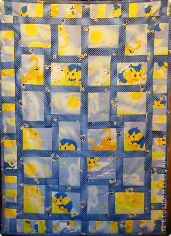 Если воспользоваться разнообразием тканей с забавными рисунками, то можно быстренько сделать вот такое лоскутное одеяло.