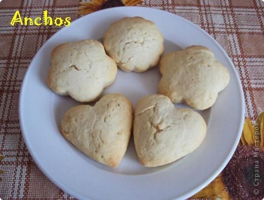 За неимением форм для коржиков вырезала формочками для печенья.