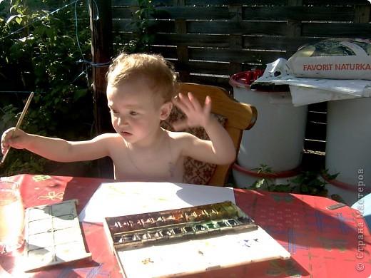 Это Викуля в 1,5 года рисует акварелью. С чувством! фото 1