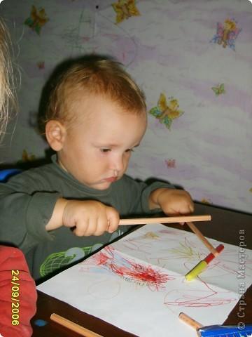 Это Викуля в 1,5 года рисует акварелью. С чувством! фото 3
