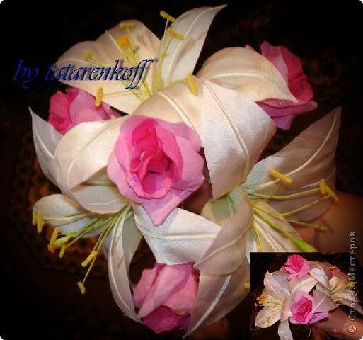 Атласные лилии диаметром около 12 см(если не сильно раскрыты), потом дополню листиками из органзы и розовыми бутонами роз фото 4