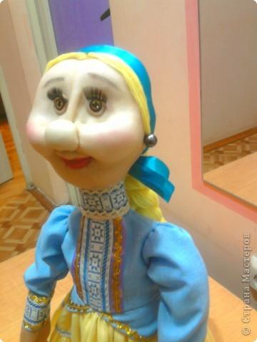 Не далее, как пару дней назад, я говорила Лучане, что не умею быстро шить кукол. Но вот, пришлось. Поступил срочный заказ на Кубанскую казачку. Сделала ровно за сутки. Послезавтра она отправляется на ярмарку в Тамань.  Работой я не очень довольна. Получилось не совсем так, как представлялось. Но переделывать нет времени.  фото 2