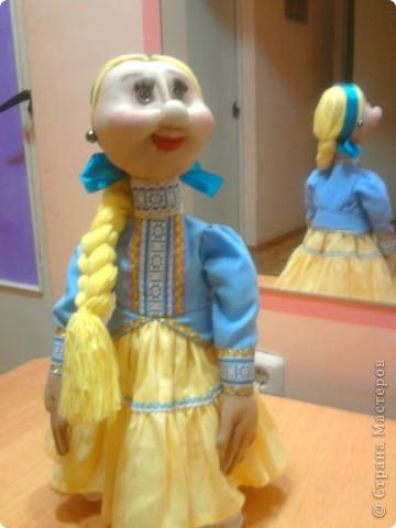 Не далее, как пару дней назад, я говорила Лучане, что не умею быстро шить кукол. Но вот, пришлось. Поступил срочный заказ на Кубанскую казачку. Сделала ровно за сутки. Послезавтра она отправляется на ярмарку в Тамань.  Работой я не очень довольна. Получилось не совсем так, как представлялось. Но переделывать нет времени.  фото 1