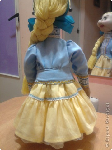 Не далее, как пару дней назад, я говорила Лучане, что не умею быстро шить кукол. Но вот, пришлось. Поступил срочный заказ на Кубанскую казачку. Сделала ровно за сутки. Послезавтра она отправляется на ярмарку в Тамань.  Работой я не очень довольна. Получилось не совсем так, как представлялось. Но переделывать нет времени.  фото 3