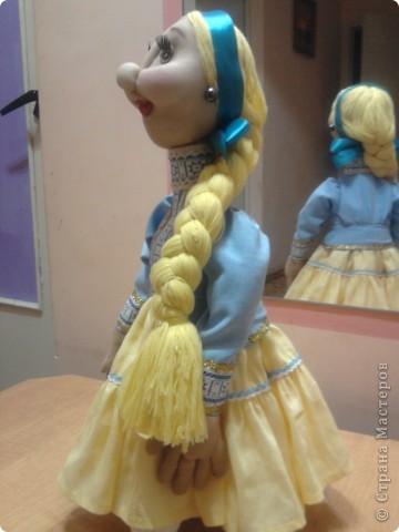 Не далее, как пару дней назад, я говорила Лучане, что не умею быстро шить кукол. Но вот, пришлось. Поступил срочный заказ на Кубанскую казачку. Сделала ровно за сутки. Послезавтра она отправляется на ярмарку в Тамань.  Работой я не очень довольна. Получилось не совсем так, как представлялось. Но переделывать нет времени.  фото 4