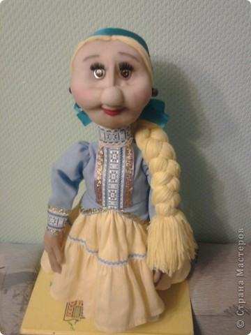 Не далее, как пару дней назад, я говорила Лучане, что не умею быстро шить кукол. Но вот, пришлось. Поступил срочный заказ на Кубанскую казачку. Сделала ровно за сутки. Послезавтра она отправляется на ярмарку в Тамань.  Работой я не очень довольна. Получилось не совсем так, как представлялось. Но переделывать нет времени.  фото 5