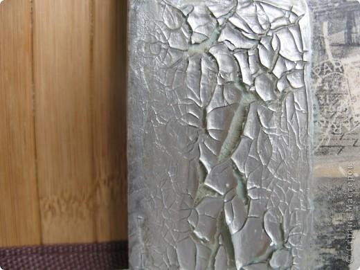 """Эта серия посвящается материалам, с помощью которых можно """"состарить"""" изделие, не применяя кракелюр. Их сейчас появилось великое множество в магазинах для декупажа и хобби. Итак, 1. Фацетный (саморастрескивающийся) лак. Достаточно густой (как паста), наносится на поверхность шпателем, моделирующим ножом или мастихином, толщиной 2 мм. Распределяется по поверхности (вокруг мотива) равномерно. Если нанести губкой или кистью, получится другой (интересный) рис. трещин. фото 2"""