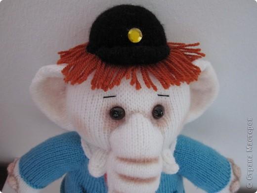 """Этот слоник был связан в рамках игры """"Матрешка"""" на Сатилине. Спасибо Марине-Marishal за толкование и Надежде-Марморина за компанию!!! Фотографировала впопыхах, т.к. слон был сразу подарен маленькой девочке. Как обычно я внесла в оформление игрушки свои коррективы: сделала тонировку, добавила волосы,  фото 5"""