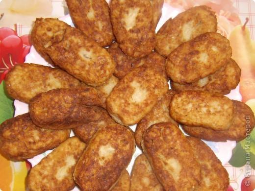 1 банка сардин в масле,1 стакан риса(отварить),4-5 средних картошин(отварить),1-2 луковицы,3-4 зубчика чеснока,1-2 кусочка хлеба замочить в небольшом количестве молока или воды,все это пропускаем через мясорубку,вбиваем 2 яйца,добавляем соль и перец по вкусу,все хорошо перемешиваем,панируем в муке или сухарях,формируем котлетки и обжариваем. Приятного всем аппетита!!! фото 2