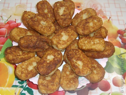 1 банка сардин в масле,1 стакан риса(отварить),4-5 средних картошин(отварить),1-2 луковицы,3-4 зубчика чеснока,1-2 кусочка хлеба замочить в небольшом количестве молока или воды,все это пропускаем через мясорубку,вбиваем 2 яйца,добавляем соль и перец по вкусу,все хорошо перемешиваем,панируем в муке или сухарях,формируем котлетки и обжариваем. Приятного всем аппетита!!! фото 1