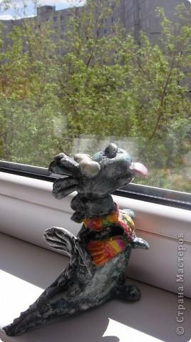 Как то весной зашел к нам в гости знакомый, сидел долго, я ему свои поделки показала и он сказал , что они у меня все очень добрые и заказал себе дракона, т. к. он их коллекционирует, потому что по гороскопу-дракон.  фото 4
