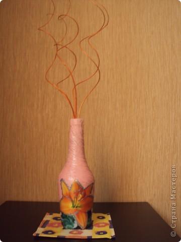 Вот такая ваза получилась у меня из бутылки.Это первая моя работа в декупаже.( Не судите строго.)