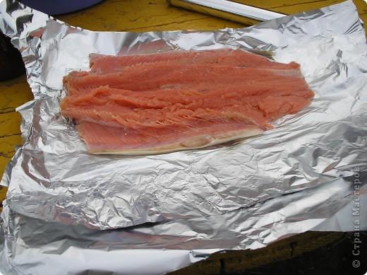 Мы  очень любим это вкусное блюдо, делаем на все праздники, рыба получается сытная, пахнет дымком. Пальчики оближешь. Делается очень бысто. Это коронное блюдо моего папы. Именно эту рыбку мы ели на мое день рождение. Приятного аппетита!  фото 3