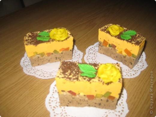 """загорелась идеей сделать тортик из мыла, столько красивых идей находила в интернете... и вот мой самый первый тортик из детского мыла. на весь торт ушло 3 куска детского мыла, молока примерно 300-400мл, 3 ложки персикового масла, эфирное масло апельсин, ну и мыло """"дуру"""" и """"палмолив"""" фото 5"""