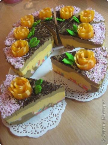 """загорелась идеей сделать тортик из мыла, столько красивых идей находила в интернете... и вот мой самый первый тортик из детского мыла. на весь торт ушло 3 куска детского мыла, молока примерно 300-400мл, 3 ложки персикового масла, эфирное масло апельсин, ну и мыло """"дуру"""" и """"палмолив"""" фото 10"""