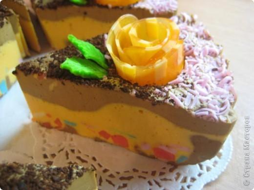 """загорелась идеей сделать тортик из мыла, столько красивых идей находила в интернете... и вот мой самый первый тортик из детского мыла. на весь торт ушло 3 куска детского мыла, молока примерно 300-400мл, 3 ложки персикового масла, эфирное масло апельсин, ну и мыло """"дуру"""" и """"палмолив"""" фото 9"""