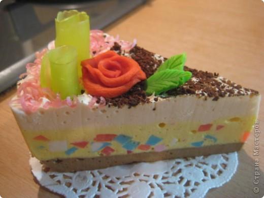 """загорелась идеей сделать тортик из мыла, столько красивых идей находила в интернете... и вот мой самый первый тортик из детского мыла. на весь торт ушло 3 куска детского мыла, молока примерно 300-400мл, 3 ложки персикового масла, эфирное масло апельсин, ну и мыло """"дуру"""" и """"палмолив"""" фото 13"""