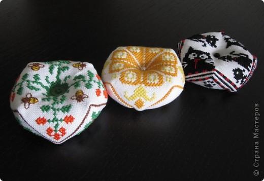 Очень понравилось вышивать такие штучки. Надо будет потом и себе такую вышить, эти были на подарок маме, сестре и невестке. фото 1