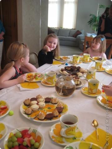 Открытки-пластилинки - приглашения на нашу традиционную Чайную-вечеринку-только-для-девочек.  Рождество прошло, а зима еще такая длинная. :(( Поэтому мы с дочкой сделали традицией зимой собирать девочек, наряжаться, украшать стол, пить чай со вкусностями, потом играть и делать поделки...   фото 3