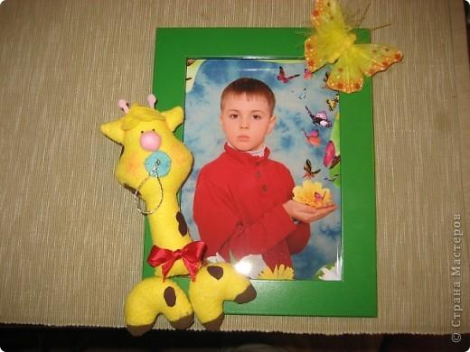 Младший сын заканчивает 1 класс, чем не повод для новой рамки!Бабочка осталась от старого букета, а жирафа сделала из салфетки. Соска, конечно, баловство, но жираф-то еще маленький!) фото 1