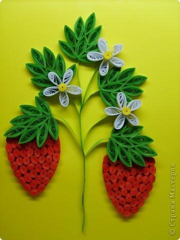 Уж очень захотелось сделать клубничку. Труднее всего дались сами ягоды. Форма все время получалась не настоящая. В итоге вырезала из красного картона шаблон и заполнила его роллами. фото 1