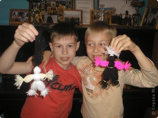 Сделали с ребятами из ниток человечков-девочек и мальчиков. Дети остались очень довольны результатом своей работы.Все унисли домой. фото 2