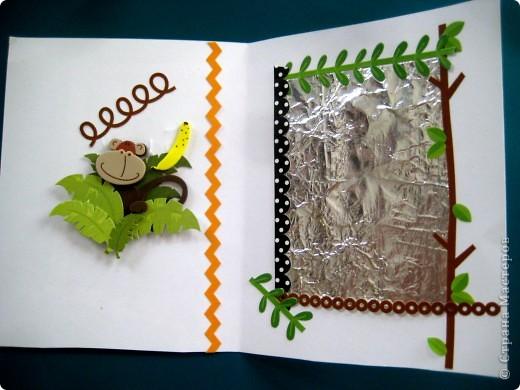 """К занятию """"Русский час"""" по басням Крылова я придумала эту простую поделку. Аппликация иллюстрирует басню """"Зеркало и Обезьяна"""": сложенная вдвое бумага, обезьянки (наклейки из пористой резины), фольга - зеркало, рамка для зеркала - тоже наклейки. фото 1"""