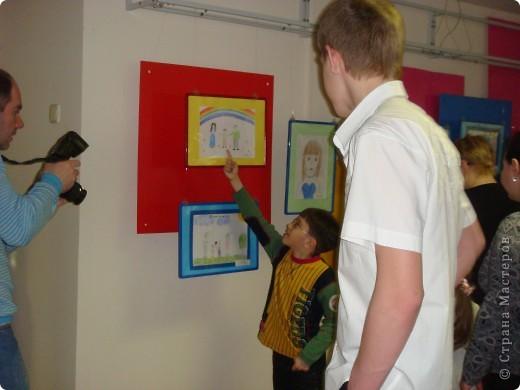"""14 мая наш благотворительный фонд """"Вера, Надежда, Любовь""""  провел выставку рисунков детей с ограниченными возможностями здоровья, посвященную Дню семьи """" Я+Моя семья=Мой мир"""" фото 2"""