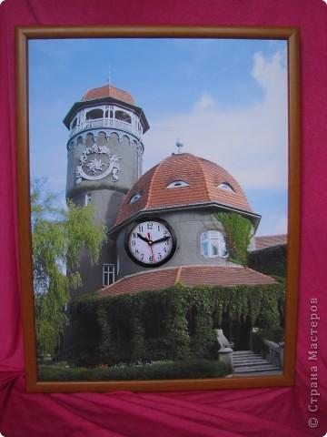 Светлого́рск (до 1946 — Ра́ушен, нем. Rauschen) — город-курорт в Калининградской области Российской Федерации. Расположен на берегу Балтийского моря.  Главной достопримечательностью Светлогорска является 25 метровая водонапорная башня грязелечебницы, где отдыхающие принимают хлоридно-натриевые, кислородные, хвойные,  углекислые, жемчужные и прочие лечебные ванны. Неброская помпезность башни, оригинальность постройки с вьющимся по стенам диким северо-американским виноградом и солнечными часами не позволяют пройти мимо. Под самым куполом башни есть смотровая площадка, откуда открывается городская панорама.  фото 1