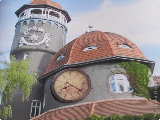 Светлого́рск (до 1946 — Ра́ушен, нем. Rauschen) — город-курорт в Калининградской области Российской Федерации. Расположен на берегу Балтийского моря.  Главной достопримечательностью Светлогорска является 25 метровая водонапорная башня грязелечебницы, где отдыхающие принимают хлоридно-натриевые, кислородные, хвойные,  углекислые, жемчужные и прочие лечебные ванны. Неброская помпезность башни, оригинальность постройки с вьющимся по стенам диким северо-американским виноградом и солнечными часами не позволяют пройти мимо. Под самым куполом башни есть смотровая площадка, откуда открывается городская панорама.  фото 7