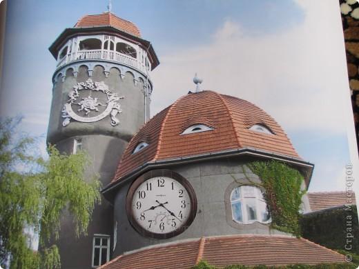 Светлого́рск (до 1946 — Ра́ушен, нем. Rauschen) — город-курорт в Калининградской области Российской Федерации. Расположен на берегу Балтийского моря.  Главной достопримечательностью Светлогорска является 25 метровая водонапорная башня грязелечебницы, где отдыхающие принимают хлоридно-натриевые, кислородные, хвойные,  углекислые, жемчужные и прочие лечебные ванны. Неброская помпезность башни, оригинальность постройки с вьющимся по стенам диким северо-американским виноградом и солнечными часами не позволяют пройти мимо. Под самым куполом башни есть смотровая площадка, откуда открывается городская панорама.  фото 10