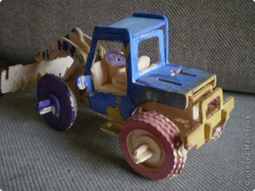 Собирать  детский конструктор пришлось мне(для 3-х летки оказалось сложно). Малыш с удовольствием разукрасил трактор. фото 1