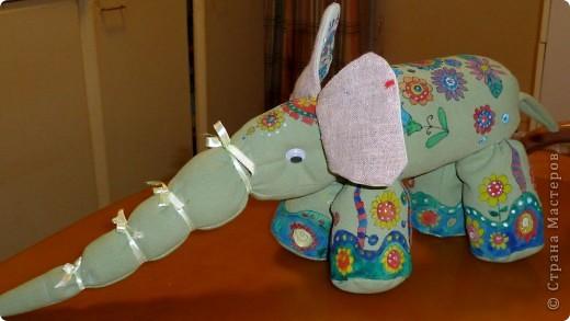 Слоненок Проша. Дорн Аня 10 лет. Слоненок сшит из старых джинсов и расписан вручную, рисунок создан Аней самостоятельно.  фото 3