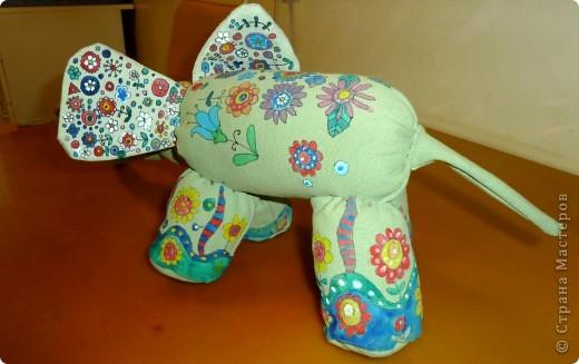 Слоненок Проша. Дорн Аня 10 лет. Слоненок сшит из старых джинсов и расписан вручную, рисунок создан Аней самостоятельно.  фото 2